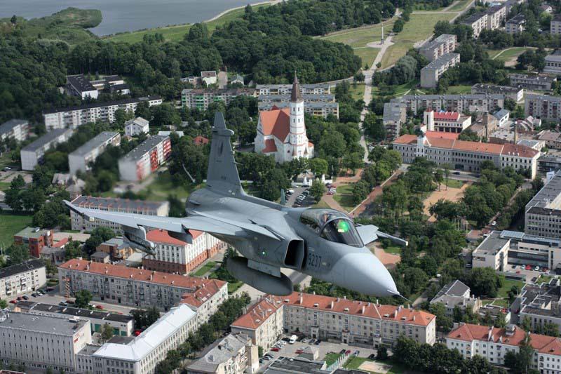 Česká flotila gripenů čítá 14 strojů. Jejich pronájem stojí 1,7 miliardy korun ročně.