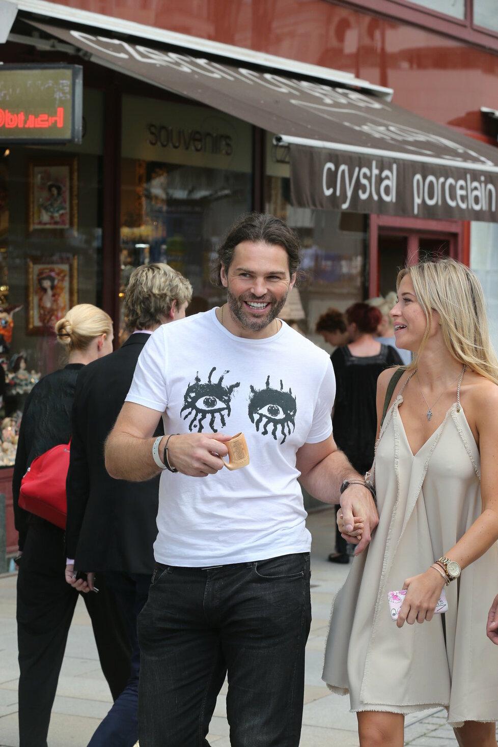 Na procházku po Varech vyrazil i Jaromír Jágr s přítelkyní Veronikou.