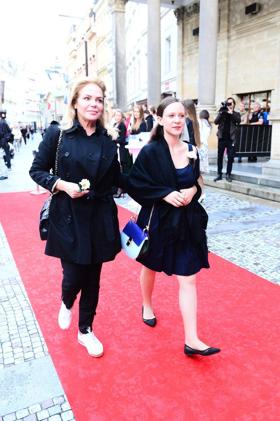 Dagmar Havlová v Karlových Varech: V okopaných bílých teniskách na červeném koberci.