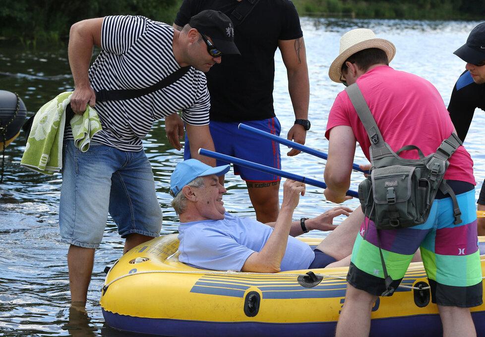 Zemanův kabaret na vodě: Ochranka se brodila blátem za prezidentským člunem.
