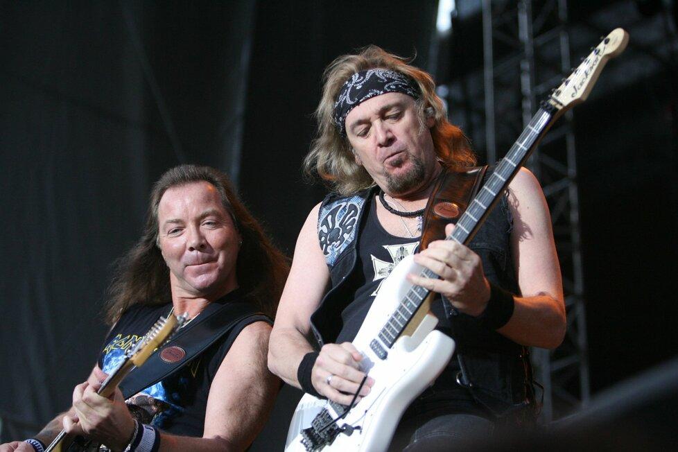 Hudebníci z kapely Iron Maiden na pódiu