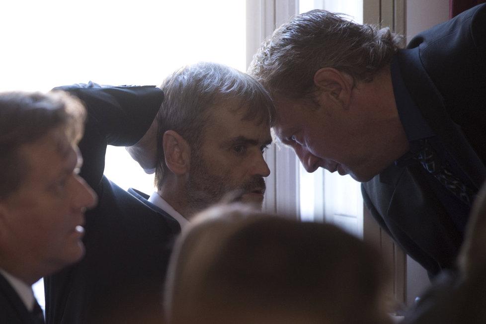 Jiří Komárek i Robert Šlachta odešli z ÚOOZ kvůli reorganizaci policie. Takto se radili před několika týdny při své první návštěvě ve Sněmovně.
