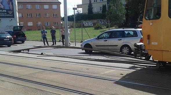 Vedro pokroutilo koleje v Praze 8.
