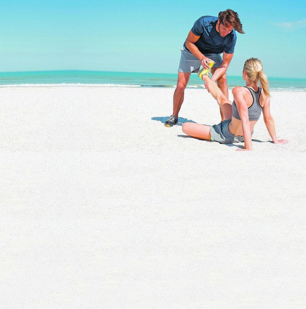 Když se na dovolené něco přihodí, léčení svěřte jen odborníkům. Jinak vám pojišťovna nemusí nic proplatit.