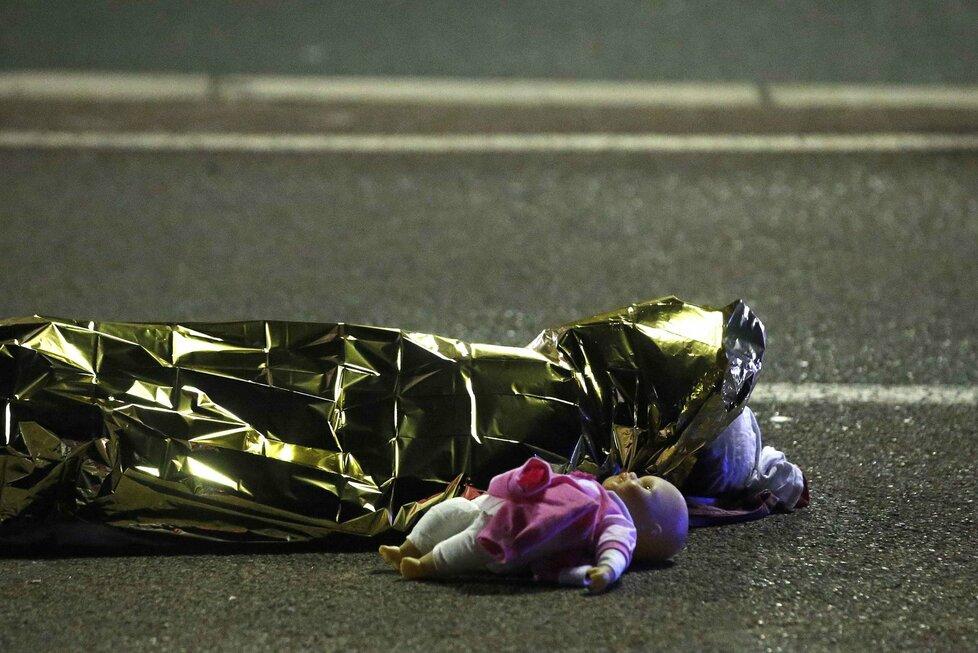 Krvavý teror ve francouzském Nice: Terorista vraždil v dodávce.
