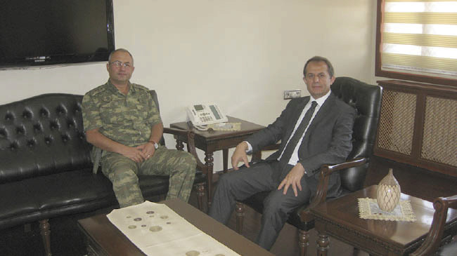 generál Murat Aygün a guvernér Taşyapan'ı