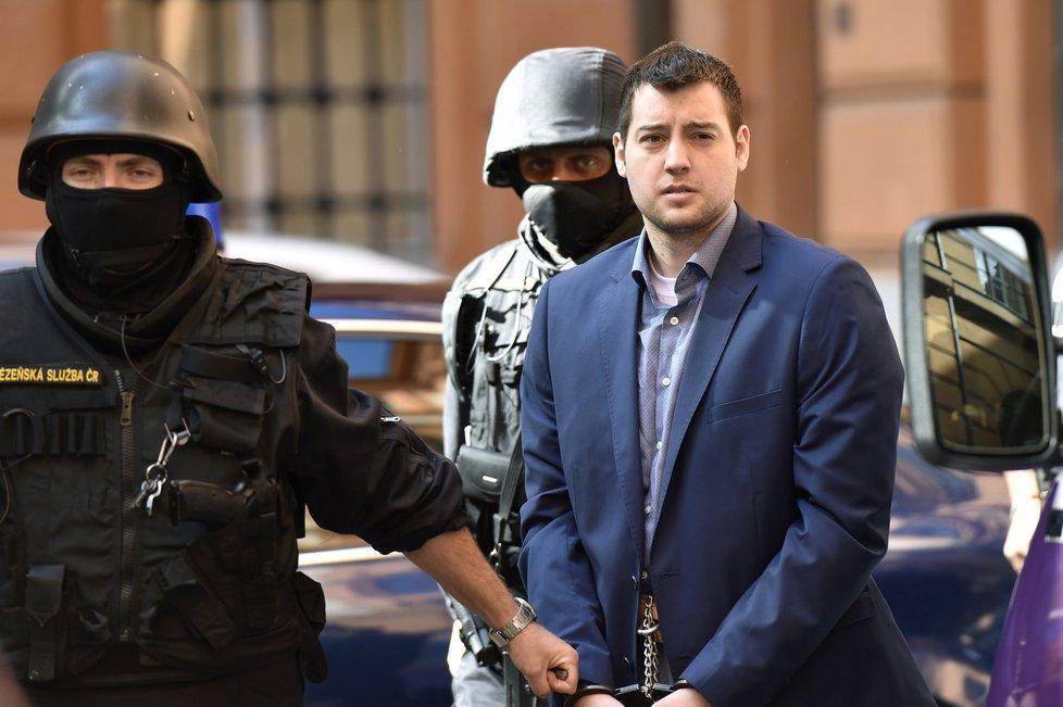 Kevin Dahlgren je eskortován k soudu 19. července 2016. Na rozdíl od dřívějších jednání se nechal ostříhat.
