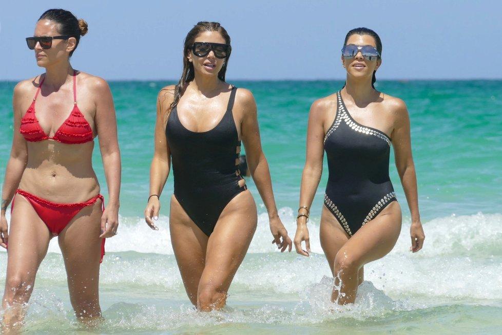 Kourtney Kardashian na dovolené s kamarádkami v Miami