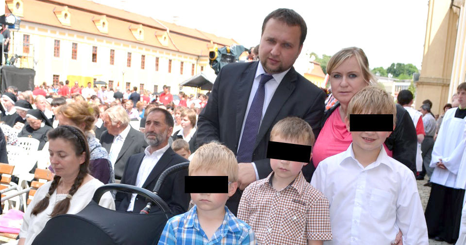 Marian Jurečka s manželkou a čtyřmi syny (včetně Mikuláše v kočárku). V únoru 2016 se jim narodil pátý potomek
