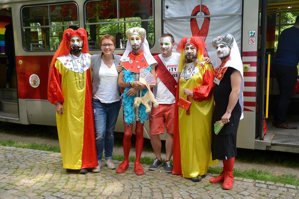 Duhová tramvaj vyzývala Pražany k bezpečnému sexu a pravidelným kontrolám na pohlavně přenosné nemoci.