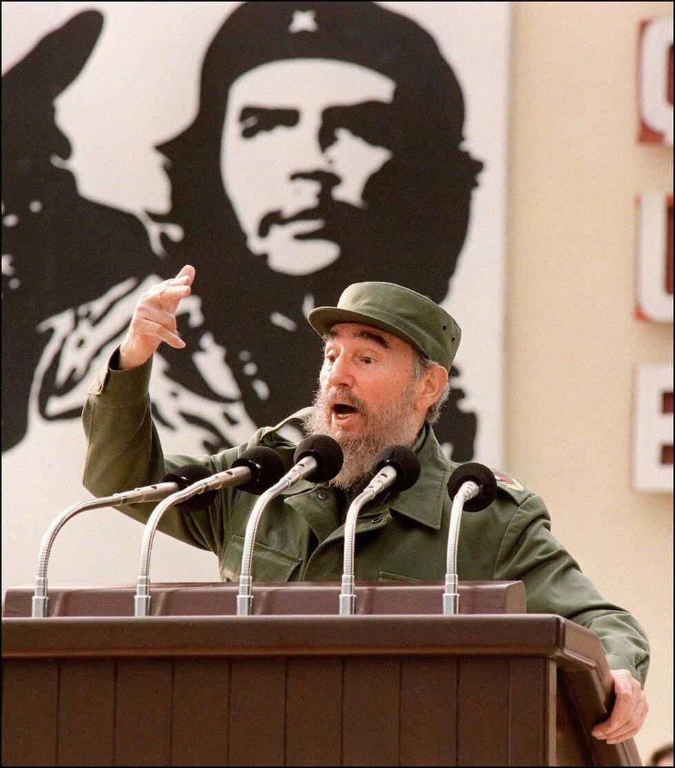 Fidel Castro s portrétem Ernesta Che Guevary při proslovu v roce 1997