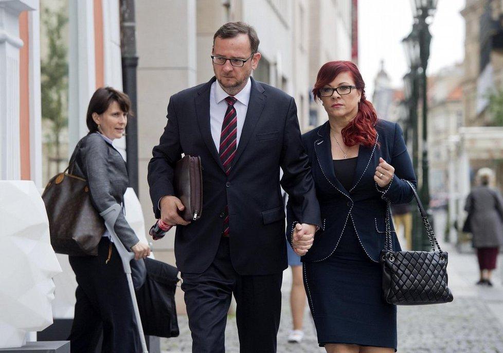 Jana Nečasová přichází s manželem Petrem Nečasem k soudu.