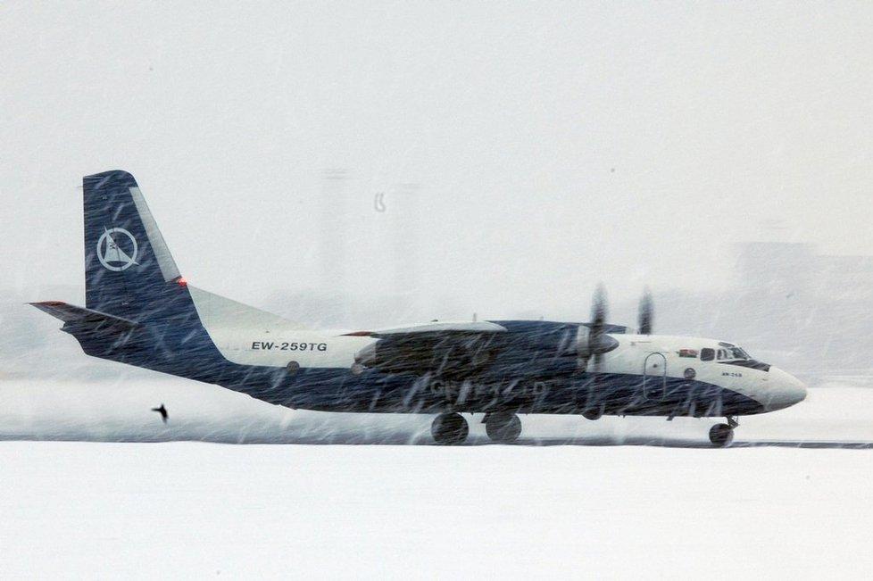 Nákladní Antonov An-26B běloruského dopravce Genex