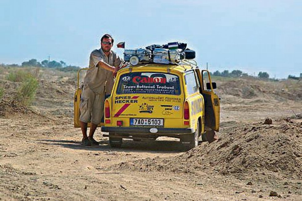 Dan Přibáň ve svém žlutém trabantu