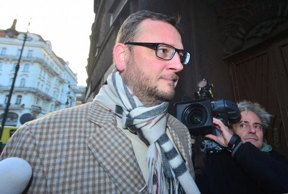 Expremiér Petr Nečas přichází 14. 11. 2013 na policejní služebnu v Praze k výslechu v kauze bývalé šéfky svého kabinetu a nynější manželky Jany Nečasové (dříve Nagyové).