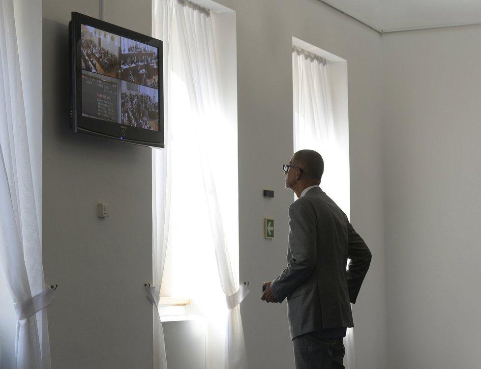 Zákon o střetu zájmů je namířen proti Andreji Babišovi (ANO). Ten se jednání odmítl účastnil, nakonec se ale objevil v předsálí a vše sledoval v televizi.