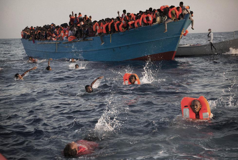 Migranti ve Středozemním moři svádí boj o holé životy. Ti šťastnější se dostanou na břeh Sicílie.