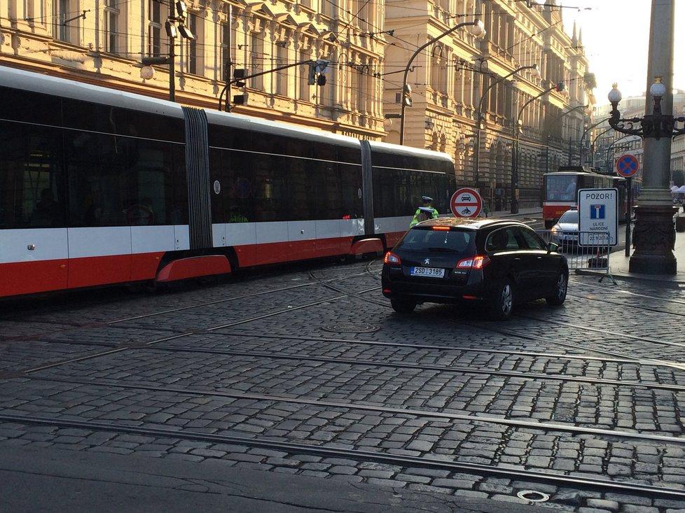 Tramvaje po Národní dál jezdí, řidiče nepouští policisté.