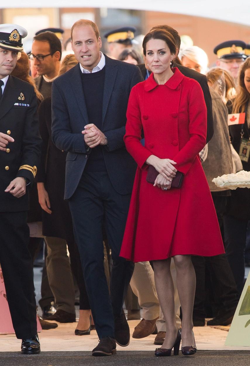 Naprosto úchvatná byla Kate při návštěvě MacBrideova muzea historie Yukonu, v sytě červeném kabátku Carolina Herrera za necelých 37 tisíc.