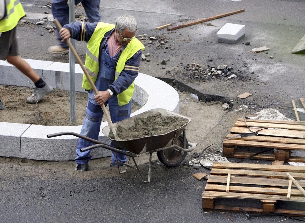 Minimální mzda roste, od nového roku stoupne na 14 600 korun.