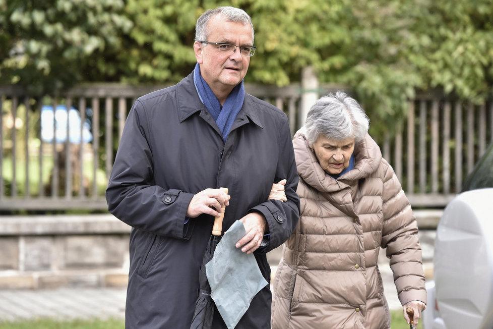 Miroslav Kalousek (TOP 09) vyrazil ke krajským volbám s maminkou
