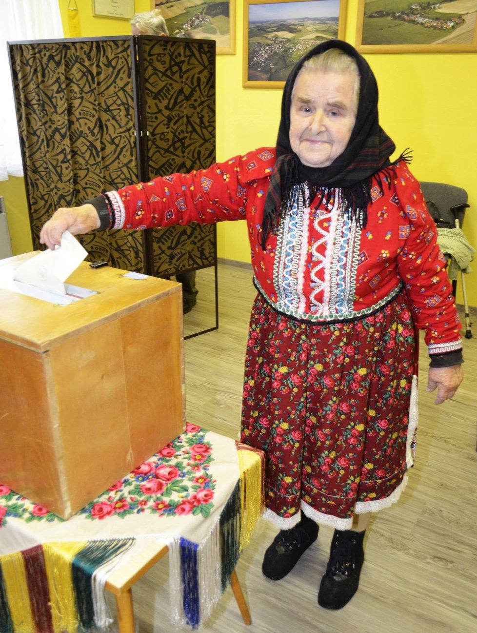 Krajské volby na Chodsku: Marie Dufková (85) přišla v tradičním chodském kroji a byla první, která v Mrákově odvolila.