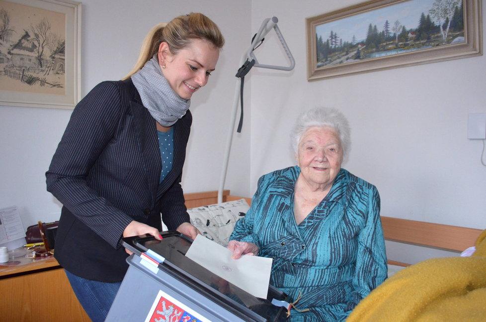 Krajské volby: Helena Schádková (102) s členkou volební komise Romanou Stehlíkovou
