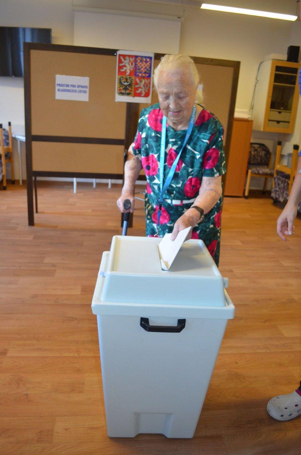 Krajské volby: 104letá Hedvika Trutnovská volila v domově pro seniory v Hradci Králové
