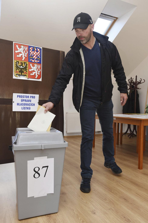 Krajské volby: Někdejší hokejový reprezentant Jiří Dopita volil v Olomouci - Chomoutově