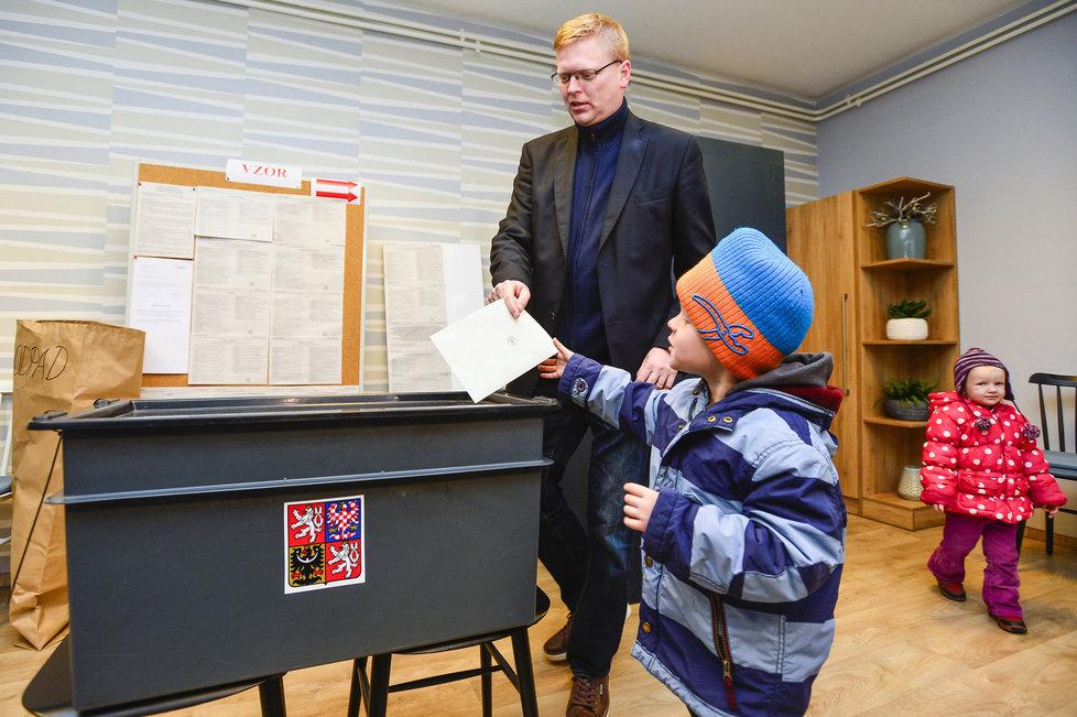 Krajské volby: Pavel Bělobrádek (KDU-ČSL) šel volit s dětmi