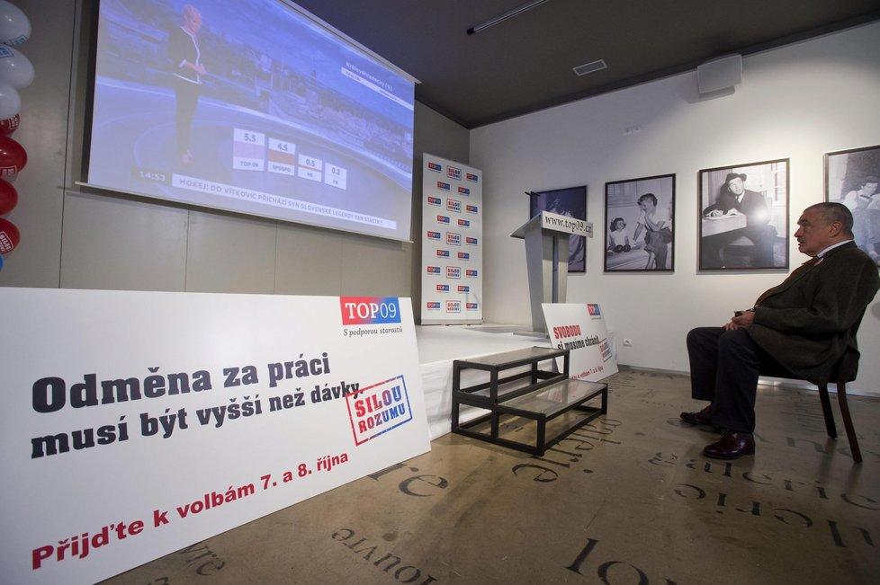 Karel Schwarzenberg sleduje průběžné výsledky voleb, v nichž jeho TOP 09 propadává