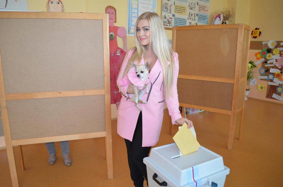Krajské volby: Modelce a blogerce Dominice Myslivcové nepomohla ani čivava. Její Úsvit ve volbách v Moravskoslezském kraji propadl.