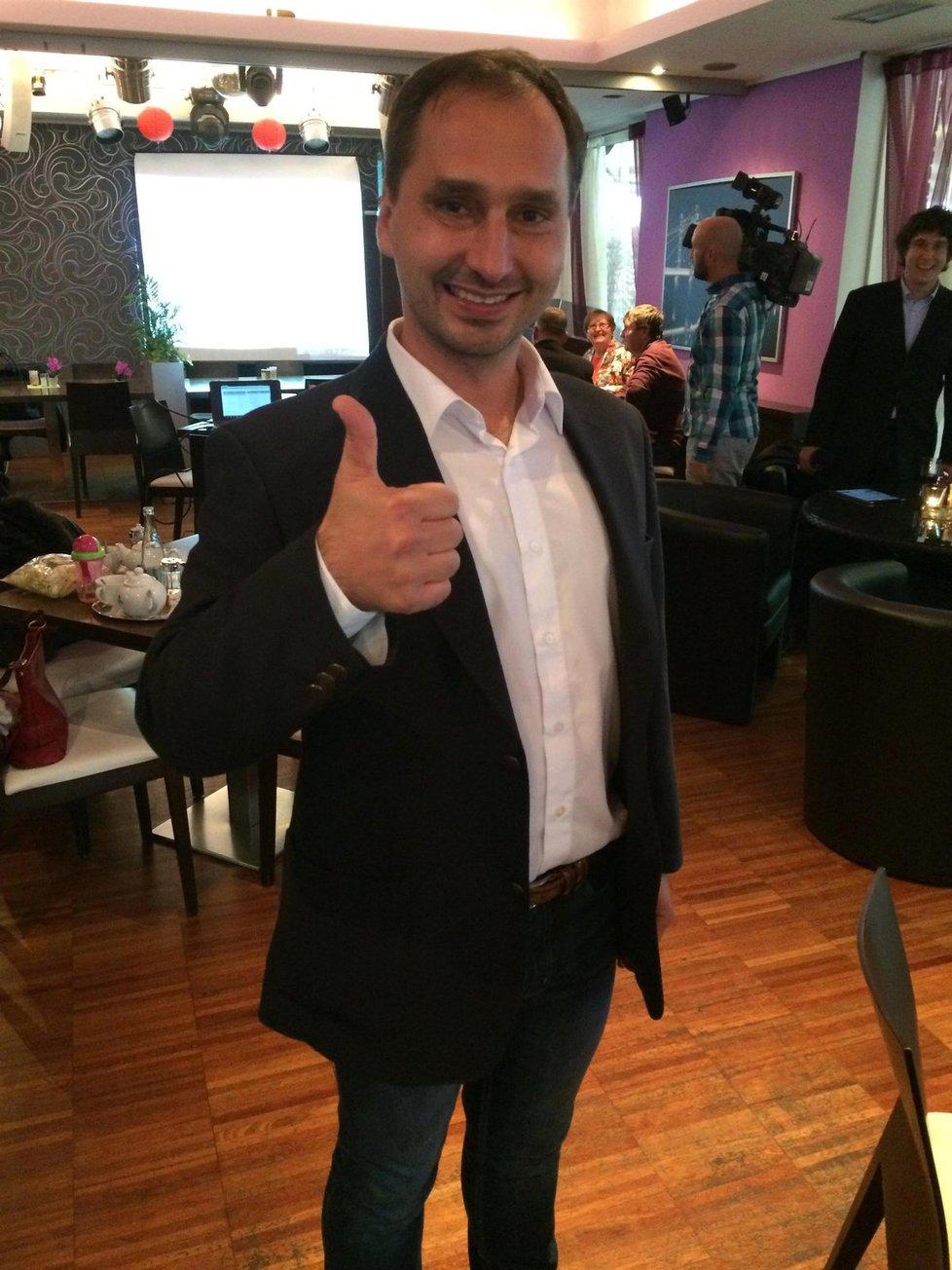 Lídr krajské kandidátky KDU-ČSL na jižní Moravě Roman Celý má důvod k úsměvu. Lidovci k večeru přeskočili Haškovu ČSSD a jsou druzí za ANO
