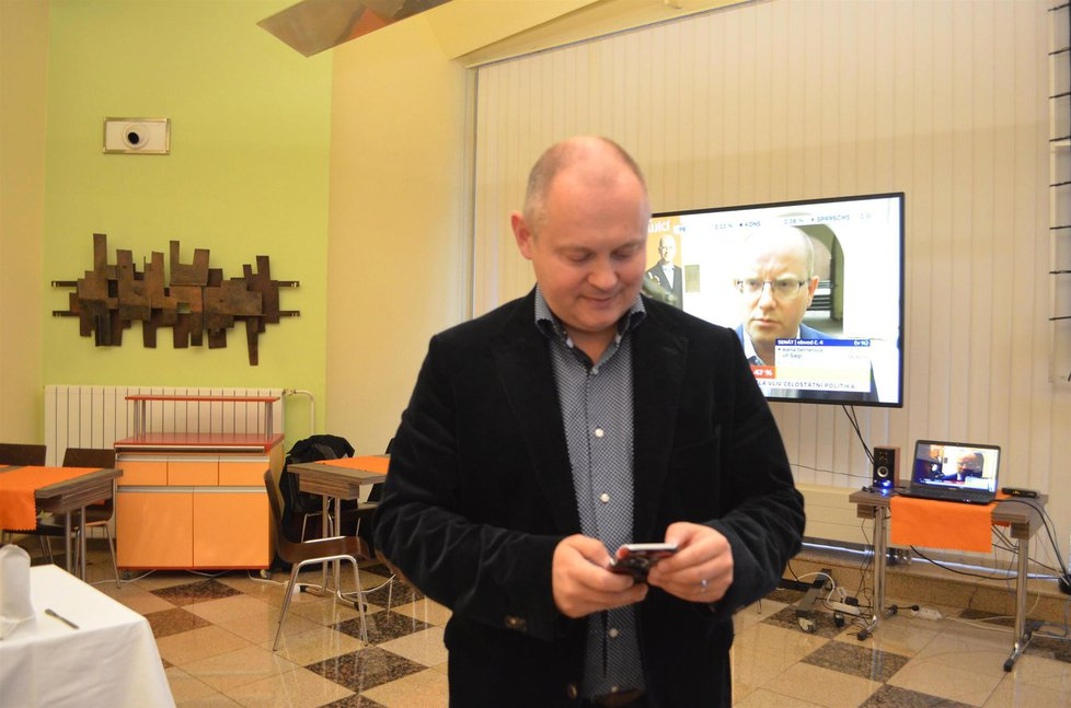 Krajské volby 2016: Michal Hašek sledoval na jižní Moravě průběh sčítání hlasů s rostoucími obavami.