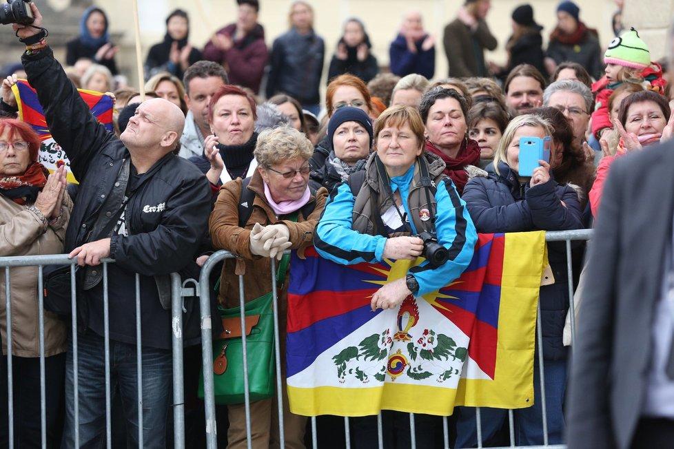 Lidé se přišli na Hradčanské náměstí v Praze přivítat s duchovním vůdcem dalajlámou.