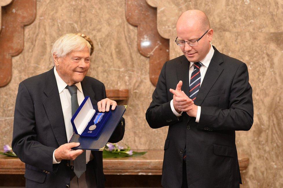 Sobotka předal Bradymu medaili Karla Kramáře