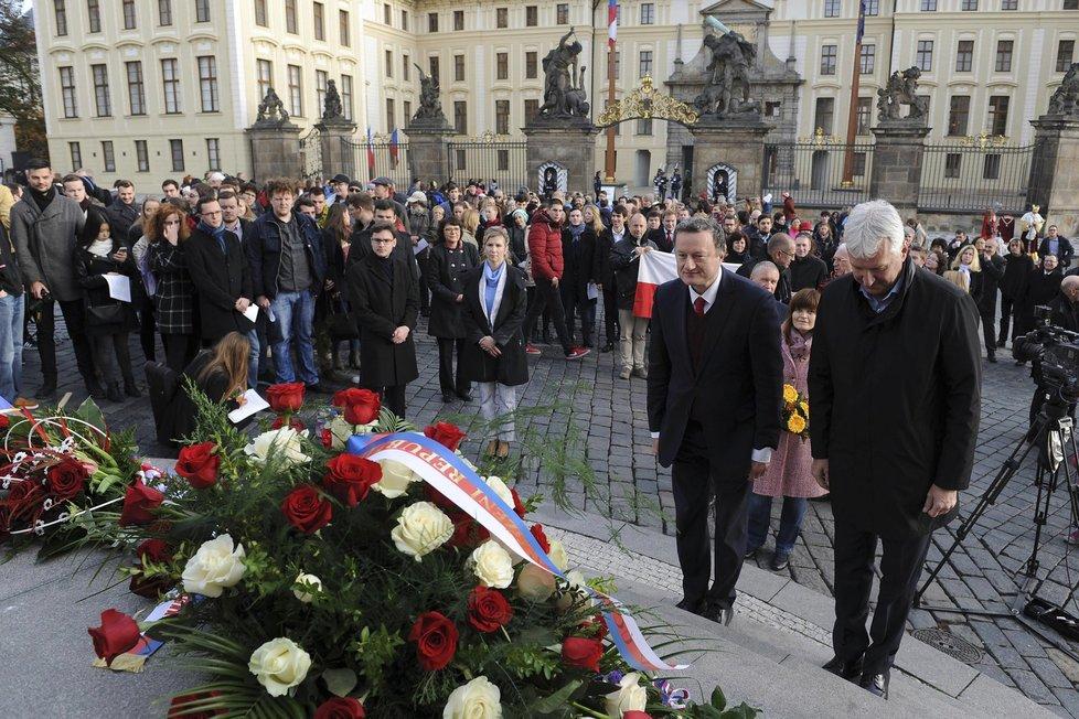 K soše T. G. Masaryka dorazili 28. října i prorektor UK Jan Konvalinka a rektor ČVUT Petr Konvalinka. Velvo za nimi ministryně školství Kateřina Valachová