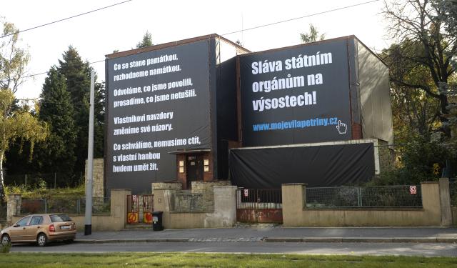 Majitel vily na Petřinách na plachtě, která objekt zakrývá, veřejně kritizuje postupy úřadů.