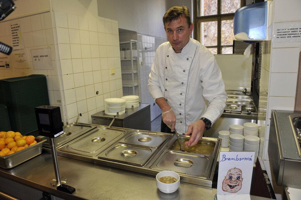 Školní kuchař v Praze 1 připravuje dětem oběd.