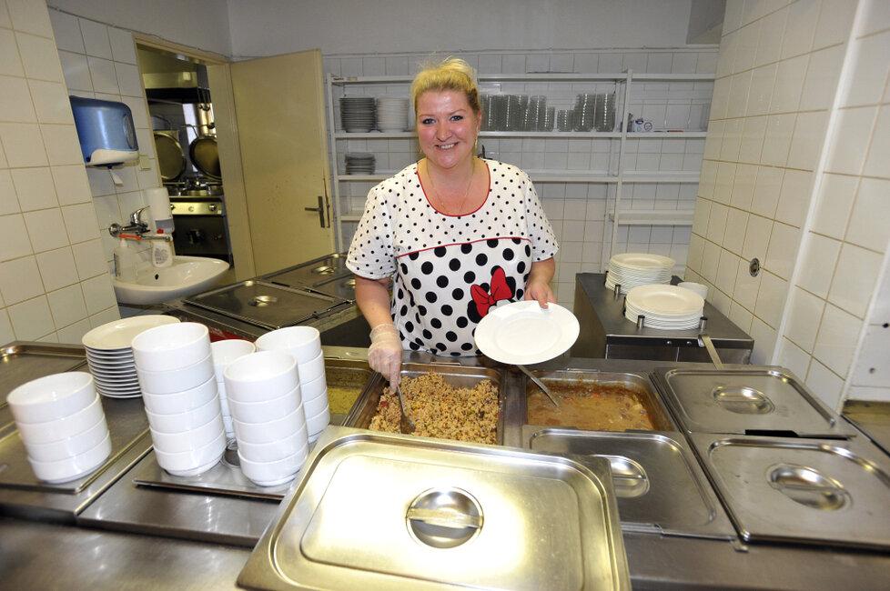 Školní kuchařka v Praze 1 připravuje dětem oběd.