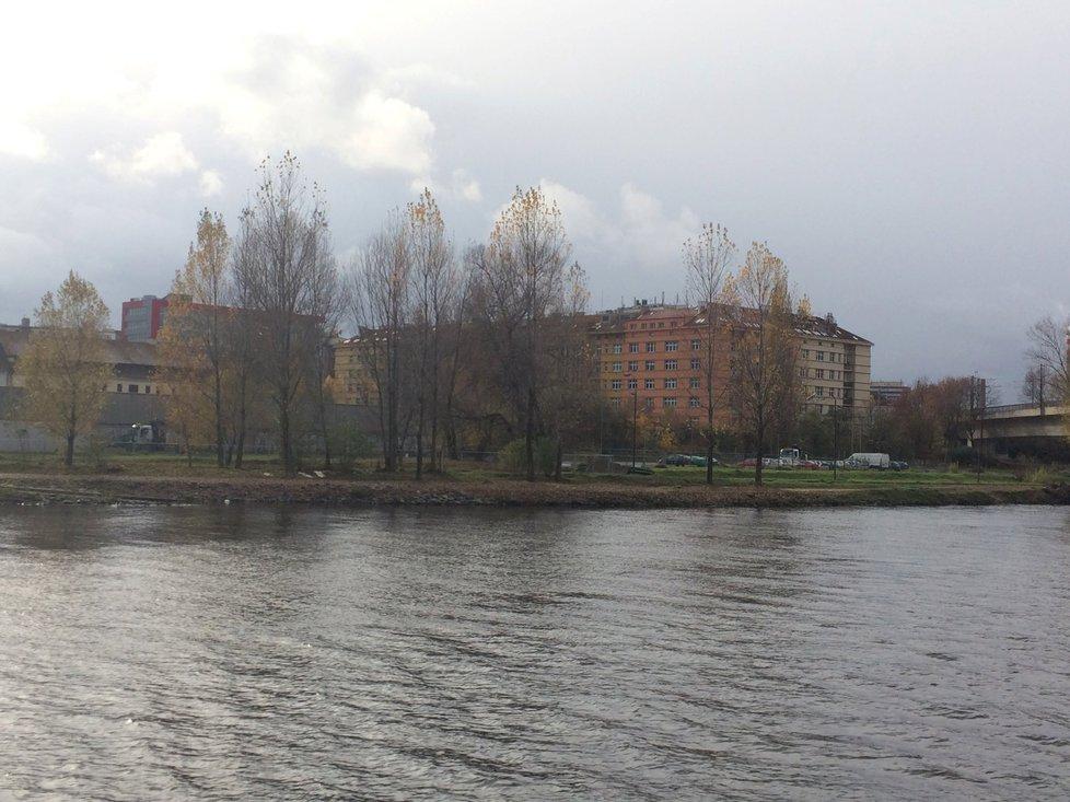 Prostor na holešovické náplavce, který se má změnit v park.