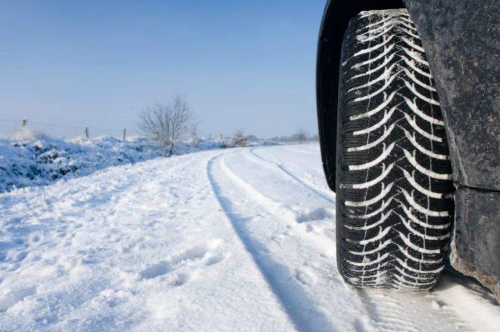 Zima dorazila i do měst a mnohde řidiče překvapil první sníh.