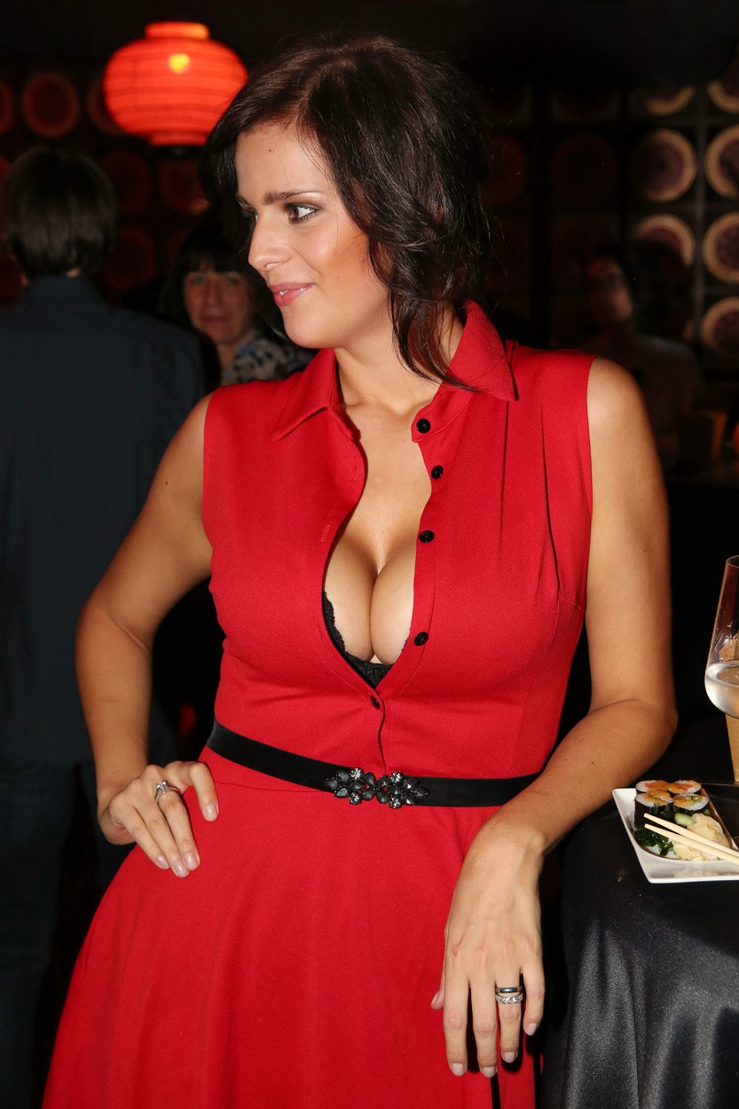 Ornella dráždila velkým výstřihem v rudých šatech.
