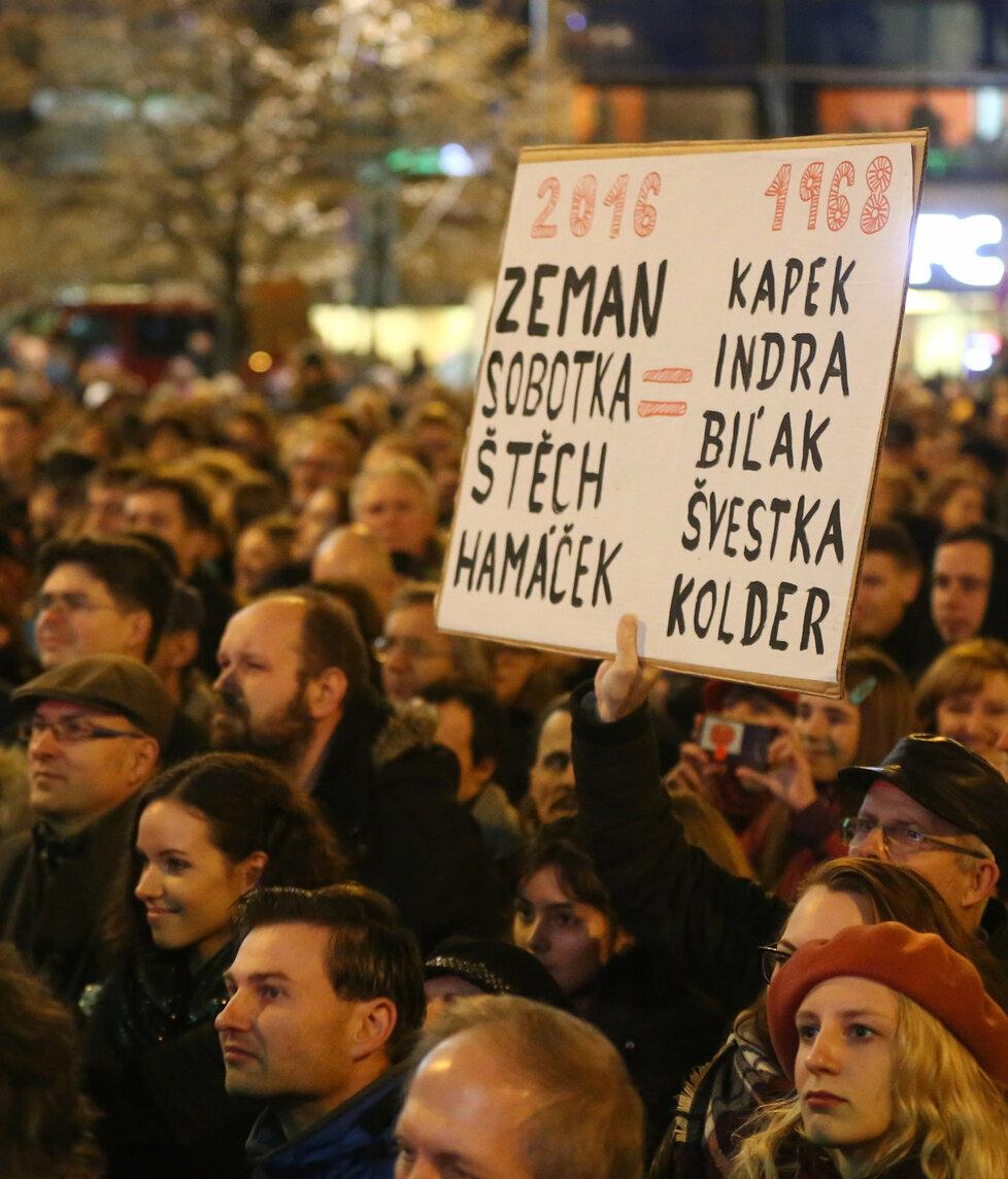 Návštěvníci Koncertu pro budoucnost, který se konal 17. listopadu večer v horní části Václavského náměstí v Praze na závěr oslav výročí Sametové revoluce. Objevovaly se i cedule s karikaturami