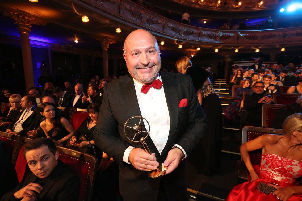 Michal David si odnesl cenu za nejoblíbenější písničku na rádiu Impuls. Jde o song Karla Gotta Země vstává