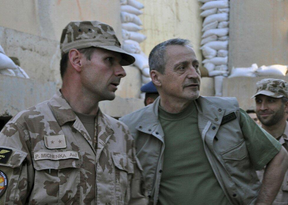 Ministr obrany Stropnický navštívil české vojáky pomáhající v Iráku pilotům bitevníků L-159.