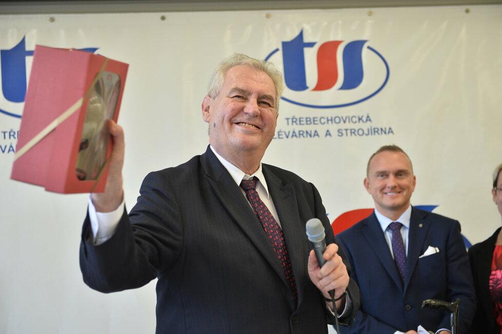 Vladimír Kruliš (v pozadí) zajišťuje hladký průběh Zemanových krajských návštěv.