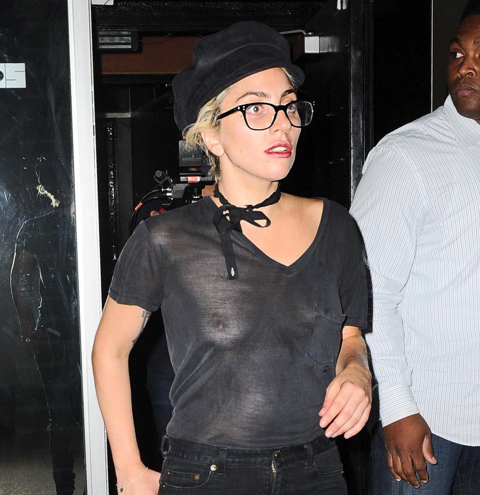 Lady Gaga bez podprsenky