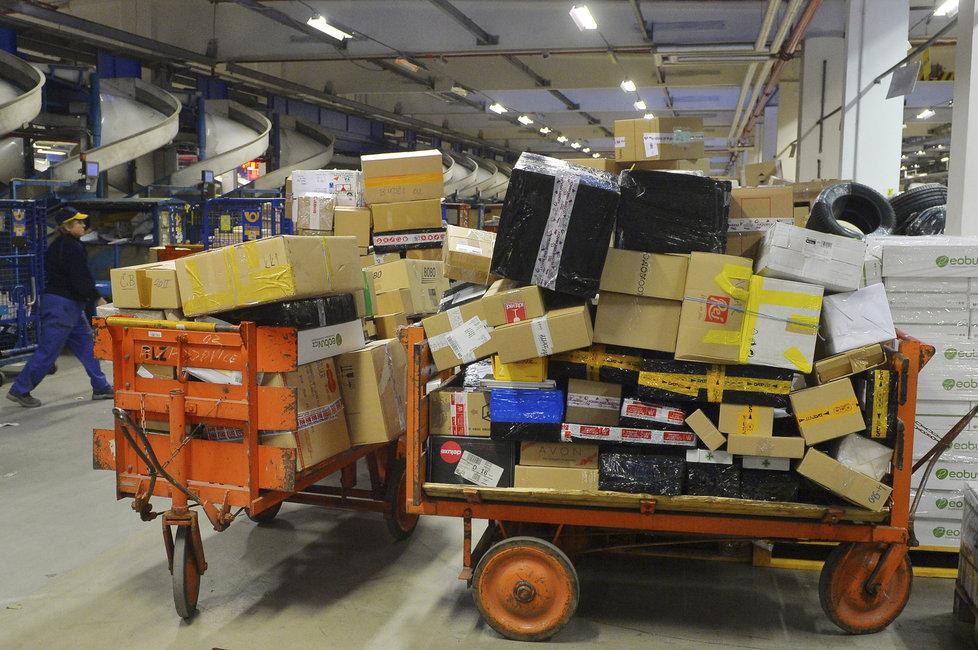 Vozíky plné balíků jezdí po budově třídírny v jednom kuse.