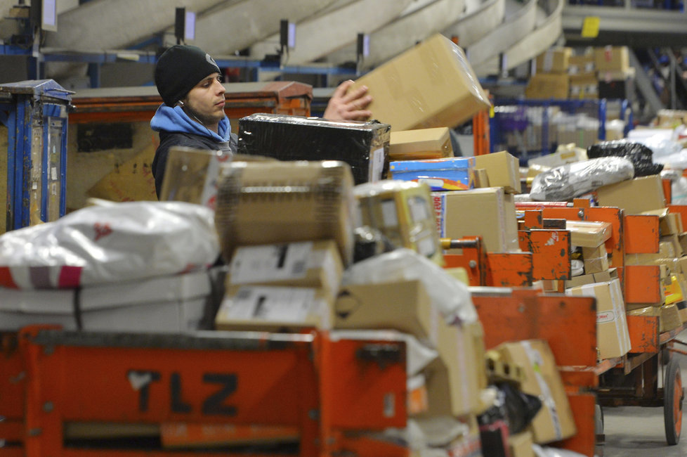Poštovních balíků je v třídírně neuvěřitelné množství.